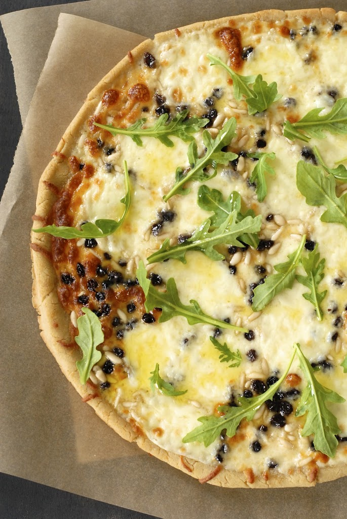 Mozzarella Pizza with Pine Nuts, Currants & Arugula | kumquatblog.com @kumquatblog recipe