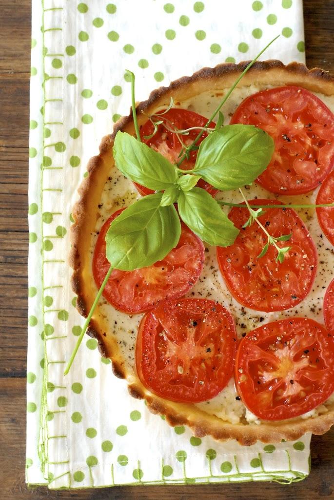 {gluten-free} Tomato and Garlic-Herbed Cheese Tart | kumquatblog.com @kumquatblog