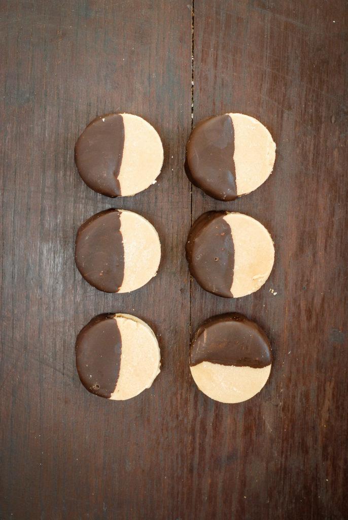 coconut peanut butter sandwich cookies {gluten-free, grain-free, no-bake} | kumquat